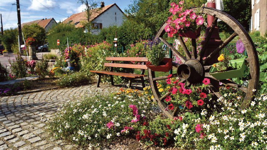 L'une des places de Dorans qui a séduit les jurys des concours des villes et villages fleuris
