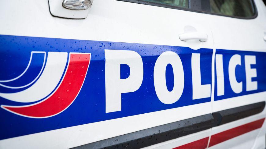 La police a mis en place un périmètre de sécurité autour du pont Saint Hellier