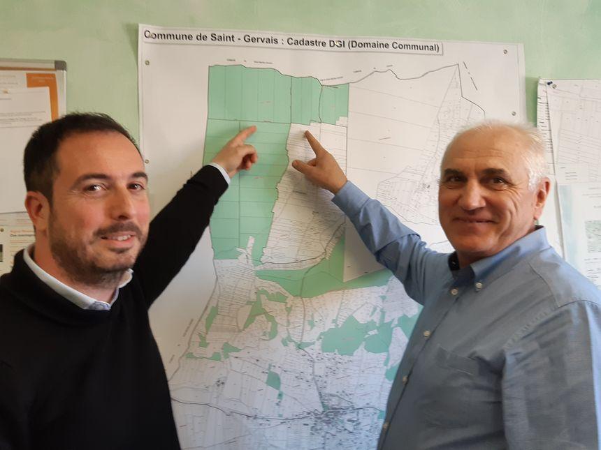 Jean-Paul Pin (RES) et le maire Didier Delpi montrent l'endroit où seraient implantées les éoliennes