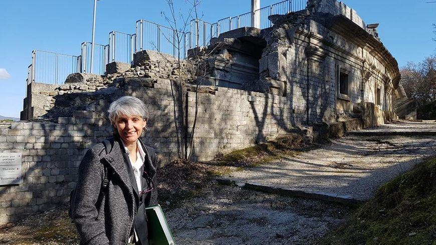 Christine Bezin, devant le Théâtre antique de Vaison la romaine