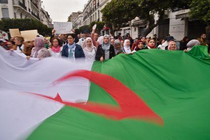 Manifestation des personnels de santé, mardi 19 mars, dans les rues d'Alger, contre le maintien au pouvoir du Président Bouteflika au-delà de la fin de son mandat, le 28 avril prochain.