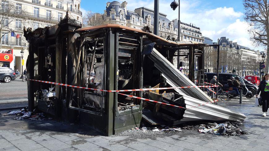 Un kiosque brûlé le samedi 16 mars sur l'avenue des Champs-Elysées.