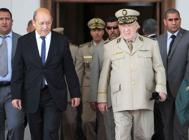 Le général Salah avec Jean-Yves Le Drian, alors ministre français de la défense en 2014 à Alger