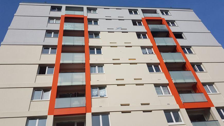 Les flammes ont ravagé l'appartement numéro 19 du troisième étage de l'immeuble, au numéro 3 de la rue des Vosges, dans le quartier Les Provinces.