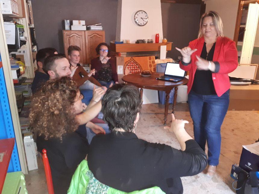 La formatrice Sandrine avec l'équipe de la boulangerie