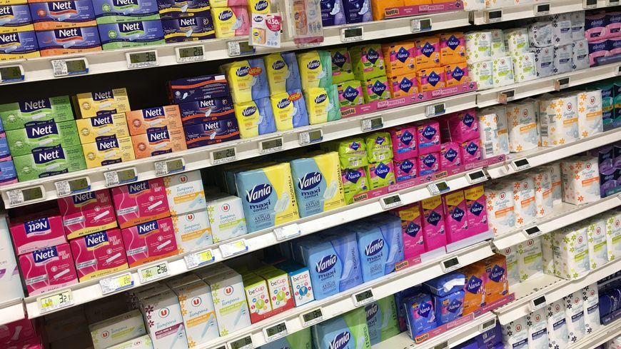 Un rayon de serviettes ou protections hygiéniques et tampons pour femmes.