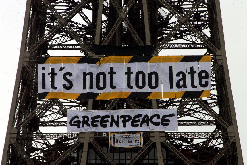 Ecologie : Green Peace déploit ses banderoles sur le deuxième étage de la Tour Eiffel en janvier 2007