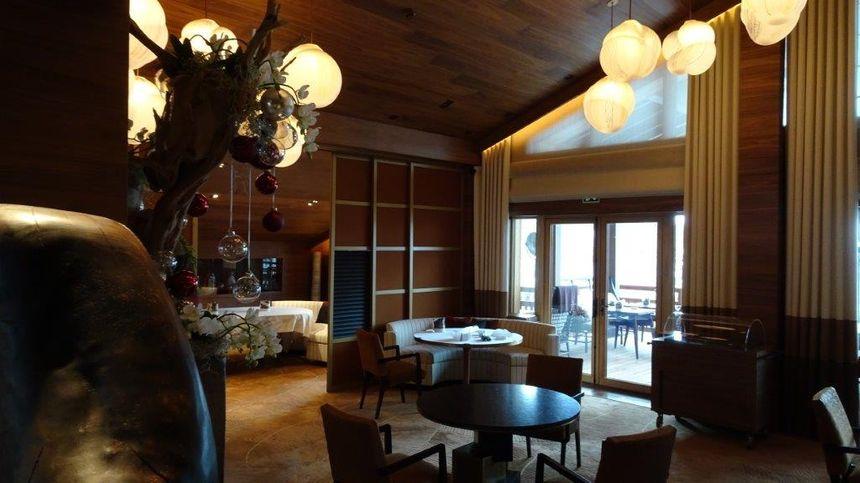 La salle du restaurant le 1920, 2 étoiles, au sein de l'hôtel Four Seasons à Megève