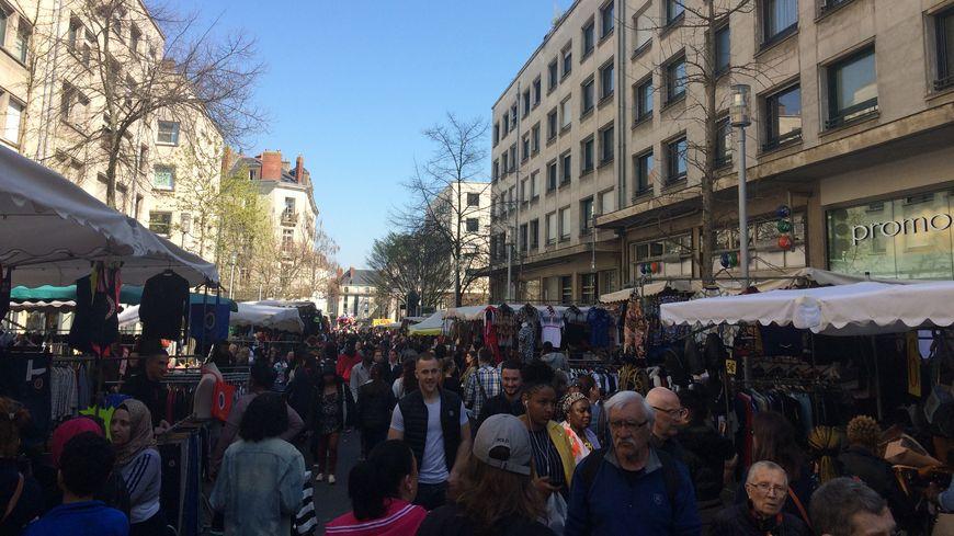 Plusieurs milliers de personnes se sont baladées dans la rues du centre-ville nantais à l'occasion de la Grande Braderie, ce samedi.