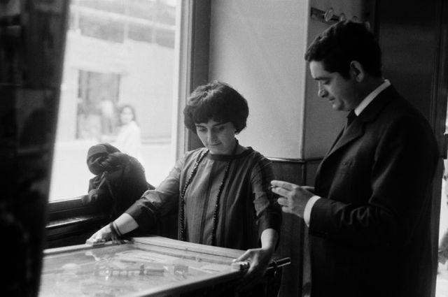 Au Festival de Cannes de 1962, Jacques Demy est aux côtés d'Agnès Varda pour son film Cléo de 5 à 7.