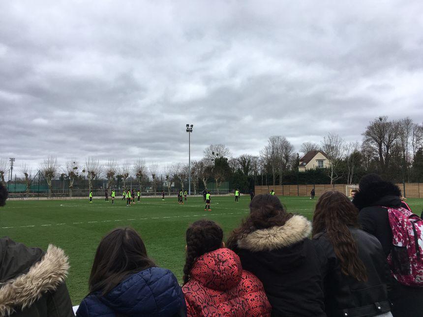 Les féminines du PSG à l'entraînement devant les optionnaires football féminin du Collège Guy Moquet de Gennevilliers