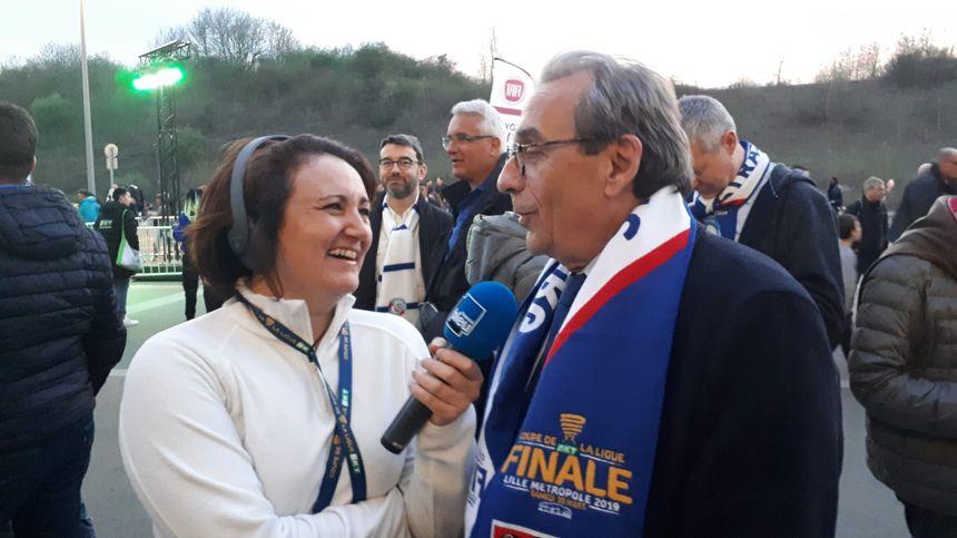 Roland Ries, maire de Strasbourg, au micro de Lucile Guillotin au stade Pierre Mauroy.