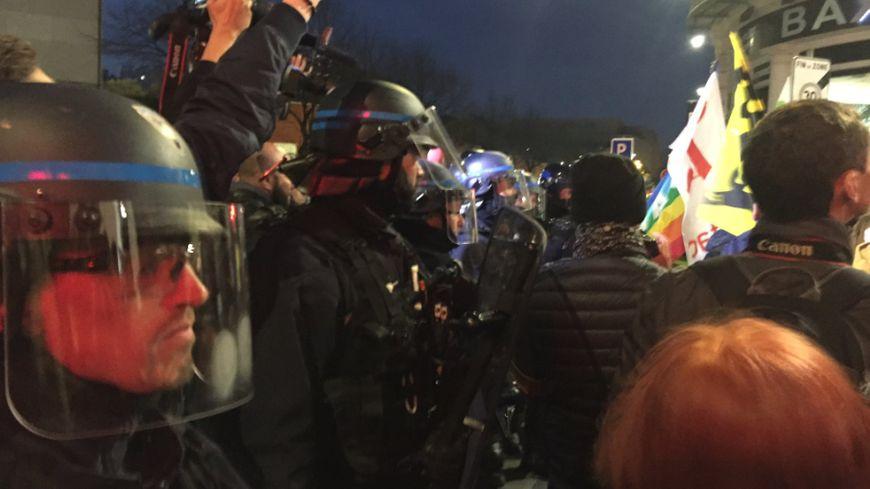 Les CRS chahutés par les manifestants