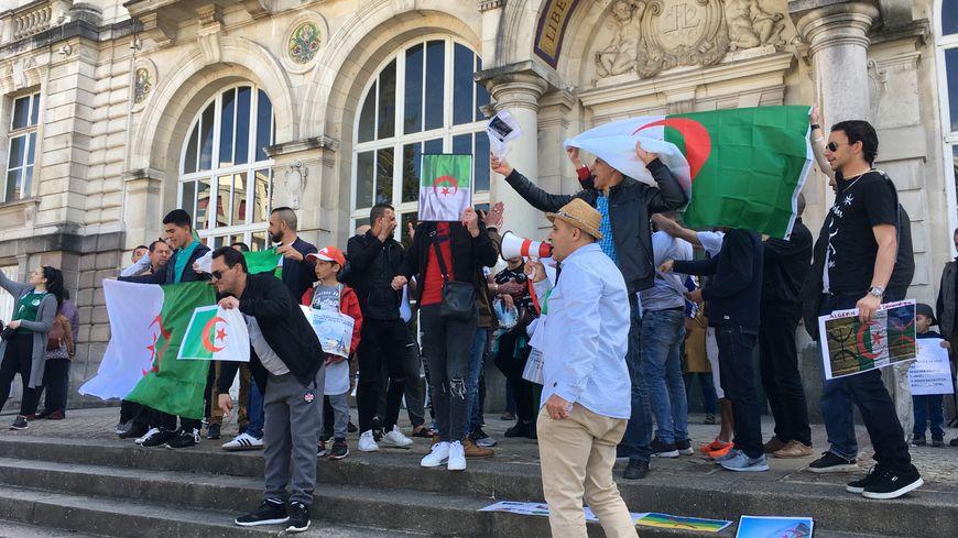 """Entre 150 et 200 membres de la communauté algérienne de Limoges ont manifesté pour le départ du président Abdelaziz Boutéflika et la fin du """"système"""" ce dimanche à Limoges"""