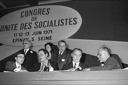 Vue générale de la tribune du Congrès de l'Unité des Socialistes qui s'et déroulé du 11 au 13 juin 1971 à Epinay-sur-seine.