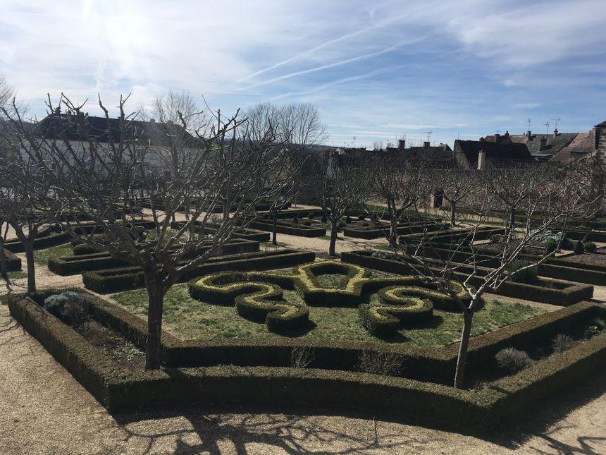 Les jardins du Prieuré ont été rénovés en forme de fleur de Lys