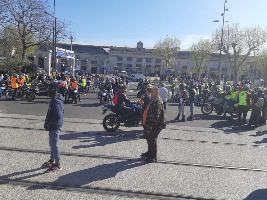 Les manifestants devant la gare