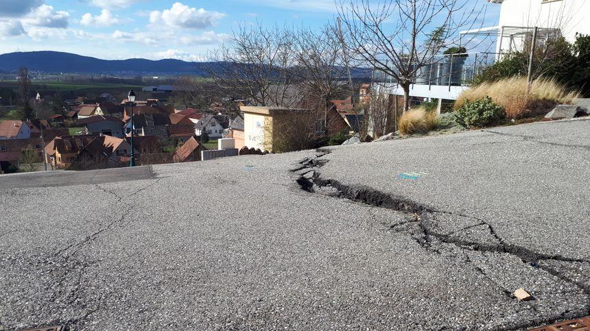 A Lochwiller, des failles apparaissent sur la route