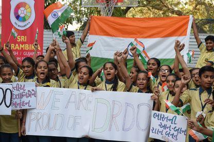Manifestation de lycéens indiens mercredi 27 mars 2019 à Ahmedabad pour exprimer leur « fierté » après le test réussi d'une arme antisatellite indienne.