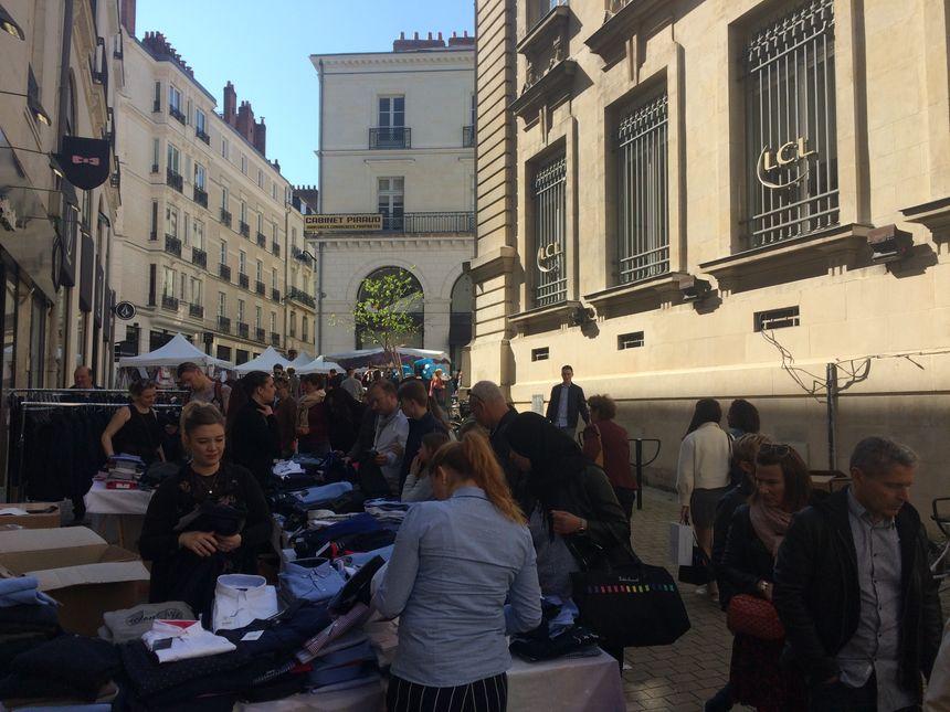 Sous un soleil de plomb, des centaines de personnes ont profité de la Grande Braderie pour faire des affaires, à Nantes.