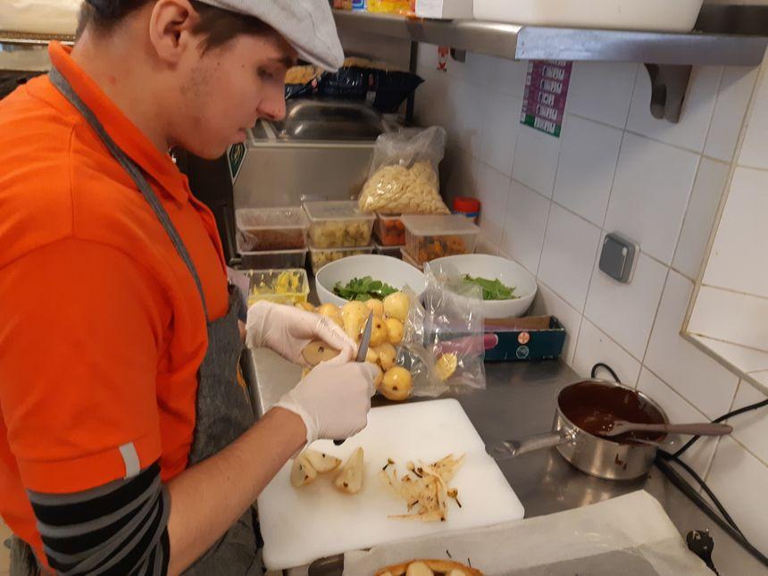 Les employés comme Maxime sont polyvalents en cuisine et en salle.
