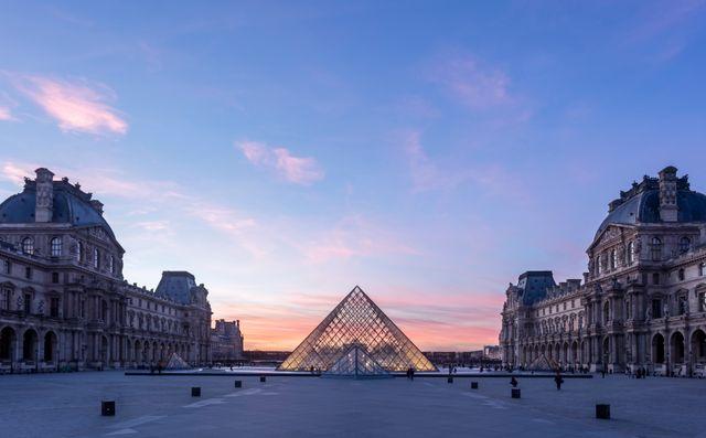 Soir Vue de la Pyramide du Louvre
