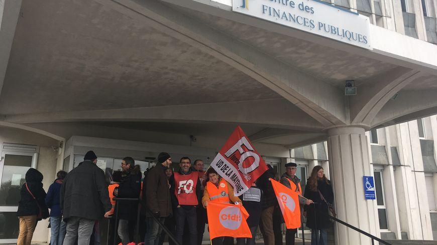 Une vingtaine de fonctionnes des finances publiques ont manifesté à Laval.