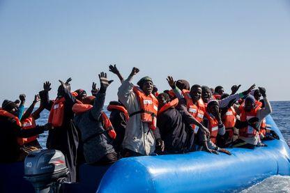 le 19 janvier 2019 au large des côtes de la Libye, Un groupe de 47 migrants est aidé par un membre d'équipage de Sea Watch 3