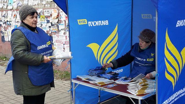 """Les """"activistes"""" comme on appelle les bénévoles qui soutiennent les candidats, sont souvent des retraités, comme, ici, dans la rue principale de Konstantinovka, au profit du candidat pro-russe Alexander Vilkoul"""