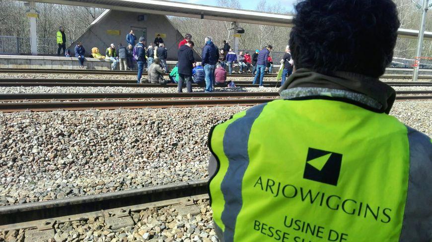 Le trafic TGV entre Paris et Tours paralysé suite à l'occupation des voies à Vendôme par 150 salariés de l'usine Arjowiggins de Bessé-sur-Braye (Sarthe).