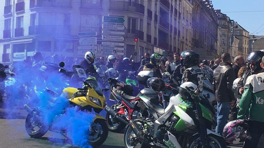 Plusieurs centaines de motards ont manifesté dans les rues de Limoges et notamment devant la mairie contre les 80Km/h,  ce samedi après-midi.