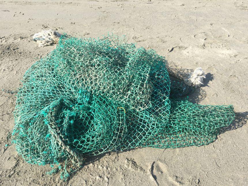 Le plus impressionnant : un énorme filet de pêche récupéré sur la dune