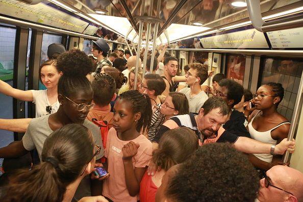Heure de pointe dans le métro parisien