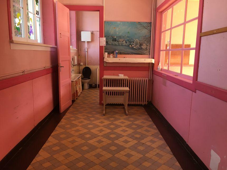 Les sanitaires de la maternelle. Après des travaux, ils deviendront l'une des 4 ou 5 chambres d'hôtes.