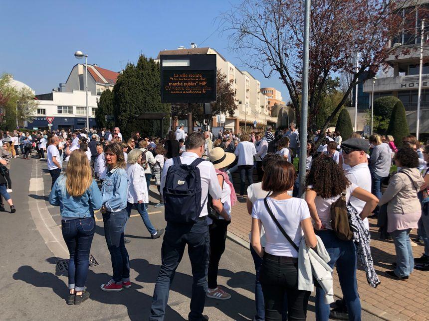 Le cortège est parti de la mairie d'Eaubonne direction l'école Flammarion pour plusieurs discours d'hommage