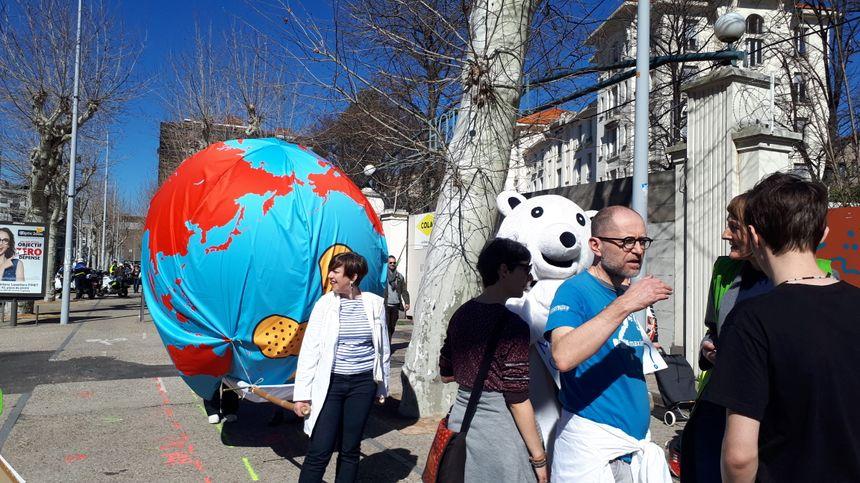 Des militants de Greenpeace étaient présents