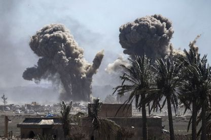 Une fumée épaisse monte au-dessus de la dernière position du groupe État islamique (BID) dans le village de Baghouz lors de batailles avec les Forces démocratiques syriennes (SDF), dans la campagne de la province syrienne de Deir Ezzor, le 18 mars 20