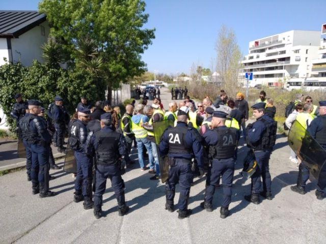 Une délégation de gilets jaunes attendait la Ministre du Travail devant l'agence Pôle emploi de Saint-Assiscle