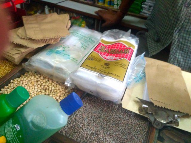 Dans cette épicerie du quartier de Kurla à Bombay (Inde), les commerçants utilisent des sacs plastique. Sur l'emballage, la description a été modifiée.