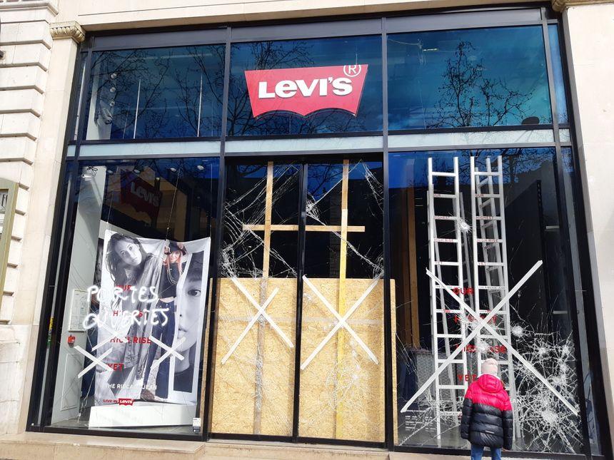 Le magasin Levis, sur les Champs-Elysées, après la manifestation du 16 mars.