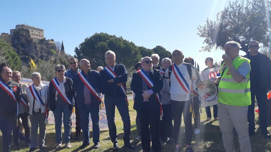 De nombreux élus locaux sont venus soutenir les habitants et le maire de Lauris André Rousset (à droite, en blanc avec l'écharpe tricolore).
