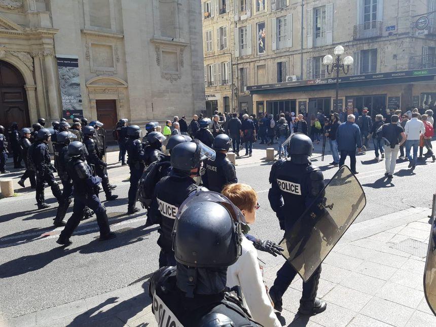 Premiers face à face avec des manifestants