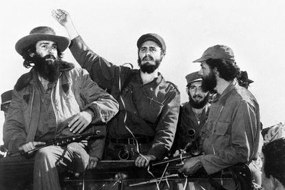 """1959: Le chef rebelle cubain Fidel Castro (C), entouré des membres de son mouvement de guérilla de gauche """"Mouvement du 26 juillet"""""""