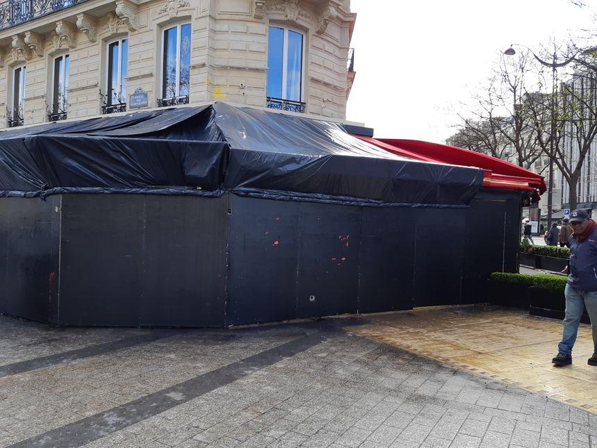 L'entrée du Fouquet's complètement condamnée après un incendie lors de la manifestation du 16 mars sur les Champs-Elysées.