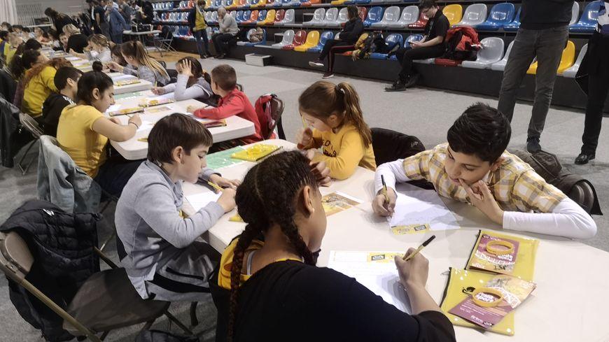 Tout de jaune vêtu, les élèves ont planché sur la dictée.
