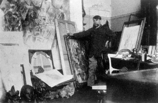 Pablo Picasso, dans son atelier de Clichy en 1920