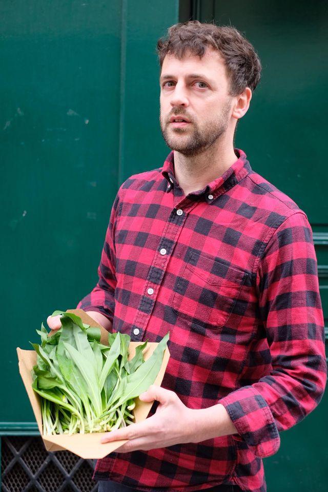 Portrait de Pierre-Edouard Robine avec ses feuilles d'ail