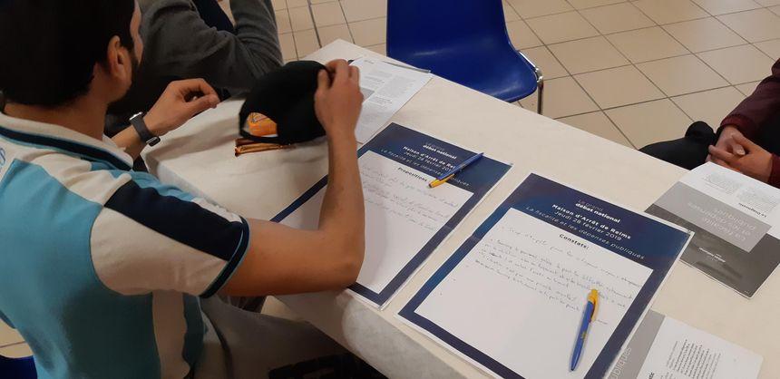 A chaque table, les détenus mettent par écrit leurs constats et leurs propositions