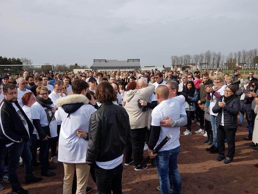Moment déchirant d'émotions, où familles et proches de Bastien Payet se serrent dans les bras. L'hommage fut à la hauteur de l'amour que lui portaient ceux qui connaissaient le jeune homme.