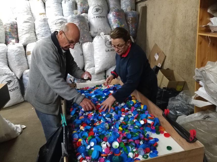 Chaque semaine, les bénévoles trient les bouchons : d'un côté ceux qui pourront être recyclés, de l'autre ceux qui iront à la poubelle.